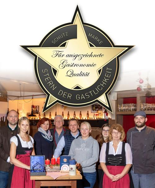 """Das Wirtshaus trägt die Auszeichnung """"Stern der Gastlichkeit"""" / Foto: Geschäftsführung, Betriebsleiter und einige deiner neuen Kollegen."""